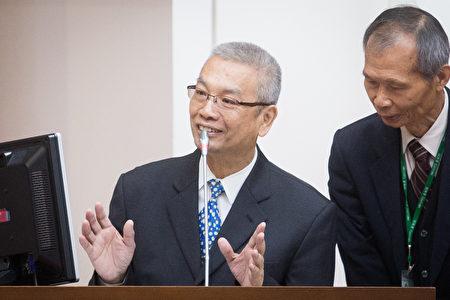 财政部长许虞哲(左)表示,3月统计到17日为止,出口表现相当不错,上看两位数成长。(陈柏州/大纪元)