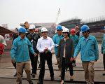 中龙钢铁室内生煤堆置场兴建工程,目前工程进度超前,台中市副巿长林依莹(右2)前往访视表示肯定。(台中市政府提供)