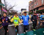 重度弱視小六生陳嘉峰(左2)今年挑戰10公里路跑賽,由市長林佳龍(3)牽他的手開跑。(台中市政府提供)
