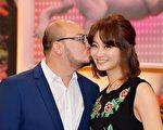 刘亮佐与赵小侨节目上甜蜜亮相。(卫视中文台提供)