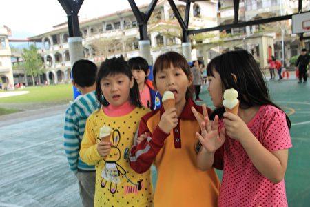 小朋友開心吃 叭噗冰淇淋。(謝月琴/大紀元)