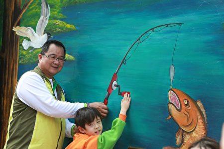 冬山乡长谢灿辉与小朋友前来钓鱼。(曾汉东/大纪元)
