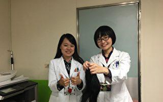 卫福部南投医院的医务社工师陈家蓉(右)在社工日前夕将细心呵护1年2个月的的秀丽长发捐出,提供切肤之爱基金会制作假发帮助癌友。(南投医院提供)