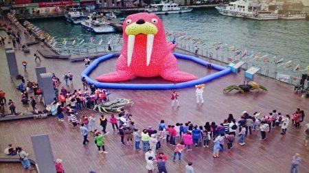 2017基隆童話藝術節,裝置藝術充滿童趣,海洋廣場上草莓紅海象很吸睛。(基市教育處提供)