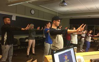位于美国宾夕法尼亚州的弥赛亚学院的帕特教授(后排左二)和大学生们在课堂上一起学炼法轮功五套功法。(大纪元)