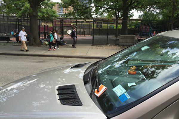 法拉盛停车罚单量高居全市第三。 (林丹/大纪元)
