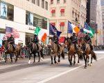 騎警在聖派翠克節慶遊行隊伍中。 (戴兵╱大紀元)