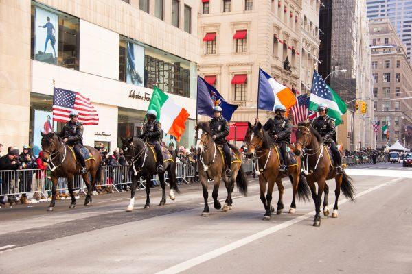 骑警在圣派翠克节庆游行队伍中。 (戴兵╱大纪元)