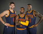 "NBA骑士队""三巨头""勒夫(Kevin Love 左)、厄文(Kyrie Irving 中)和詹姆斯(LeBron James)。(Jason Miller/Getty Images)"