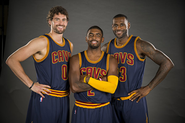 NBA騎士隊「三巨頭」勒夫(Kevin Love 左)、厄文(Kyrie Irving 中)和詹姆斯(LeBron James)。(Jason Miller/Getty Images)