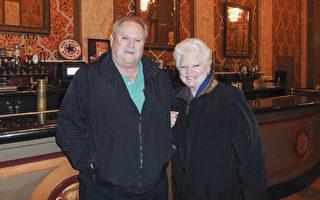 Ward夫妇于3月1日晚在诺克斯维尔市的田纳西剧院观看了神韵巡回艺术团的演出。Millie Ward是位大学教授,退休前在加州州立大学任教。Ward先生退休前是一位警方侦探。(苏菲/大纪元)