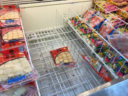 为应对暴风雪来袭,华人抢购囤货,法拉盛中国超市内的部分食品售空。 (林丹/大纪元)