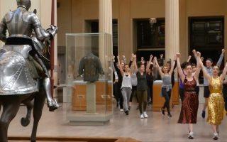 纽约大都会博物馆推出健身课程,让民众运动的同时,可以欣赏博物馆的艺术品。 (韩瑞/大纪元)