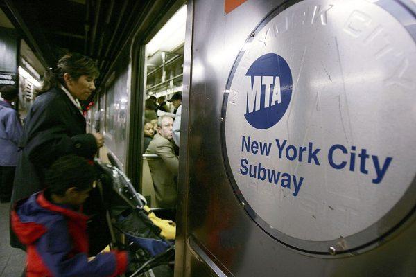 从19日开始,MTA即将实行新一轮的加价。 (Spencer Platt/Getty Images)