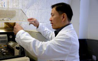 沈昌輝教授在實驗室。 (施萍/大紀元)