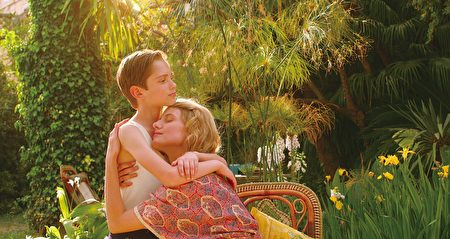 《永恒》剧照。玛蒂达的表妹嘉贝莉(梅拉尼‧罗兰 饰)与儿子。(骄阳电影提供)
