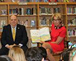 3月23日上午,新任美国教育部长贝齐.德沃丝(Betsy DeVos)来到位于马里兰州贝塞斯达市的一所小学,为孩子们阅读故事。(于析雨/大纪元)