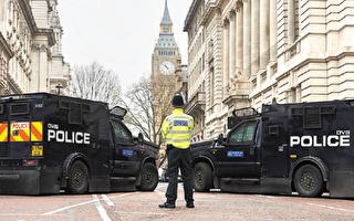 议会大厦恐袭后,重达七吨的装甲警车出现在议会附近。(NIKLAS HALLE'N/AFP/Getty Images)