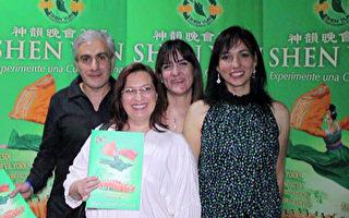 3月25日晚,阿育吠陀(ayurveda)治疗师Beatriz Lorenzo女士(前排右)一行四人在墨西哥城一同观看了这场演出,包括平面设计师 Claudia Reynoso女士(前排左),美食家 Gabriela Vallesteros女士(后排右)和律师 Carlos Guzman先生(后排左)。(新唐人电视台)