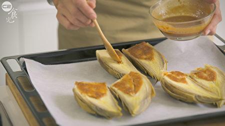 在煮熟的春笋沾上味噌。(图:C2食光提供)