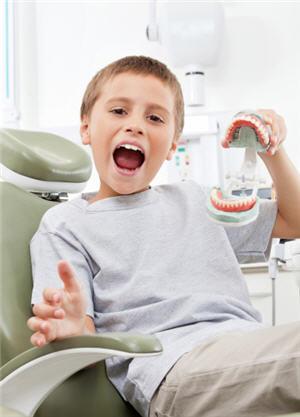 有些小兒在熟睡的時候會磨牙,牙齒磨得咯咯作響。(Fotolia)