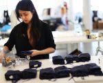 近年来,部分从曼哈顿搬出的制衣厂在布碌崙日落公园海滨落脚,吸引一批衣厂工人到布碌崙工作。 (Spencer Platt/Getty Images)