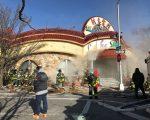 法拉盛緬街夾60街附近的粵式酒樓新東雲閣,3月12日下午大火,從地下室夾層開始燒至一樓,濃煙不斷從地下室冒出,火警從兩級飆升至五級。 (林丹/大紀元)