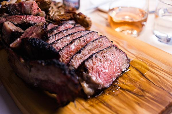 燻烤過的戰斧牛排和煙燻牛肋骨。(Pig Bleecker餐館提供)