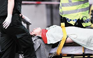伦敦议会大厦恐怖袭击中,受伤的中国女孩被救护人员放在担架上推走。(Carl Court/Getty Images)