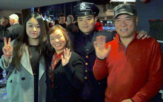 盧磊鑫(右二)的父母、太太都到了畢業典禮現場。 (莊翊晨/大紀元)