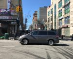 雖有交通指示牌,但不少車輛到達37大道路口時,仍然違規直行。3月20日開始,違規將被罰138元,扣兩點。 (林丹/大紀元)