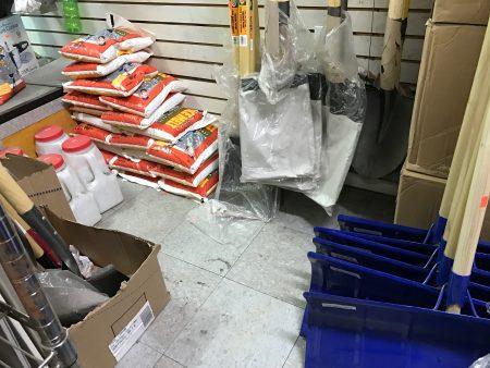 暴风雪来袭前,法拉盛民众五金店内的雪盐卖得所剩无几,雪铲也热销。 (林丹/大纪元)