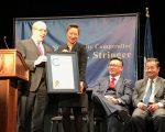 斯靜格在慶黃曆新年活動上,表彰第65選區州眾議員牛毓琳。 (林丹/大紀元)