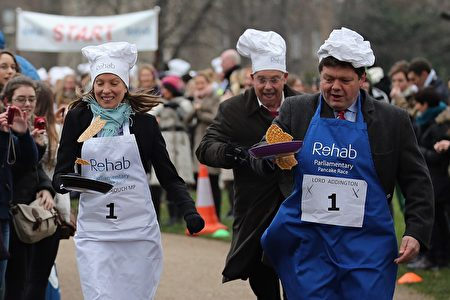 下议院队伍的队长,保守党的体育部长Tracey Crouch(左一)( Dan Kitwood/Getty Images)
