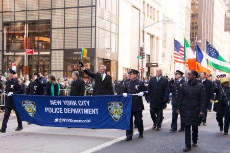 纽约昨天举行了全美最大的圣派翠克节庆游行,市长白思豪走在纽约市警察局的方队中。