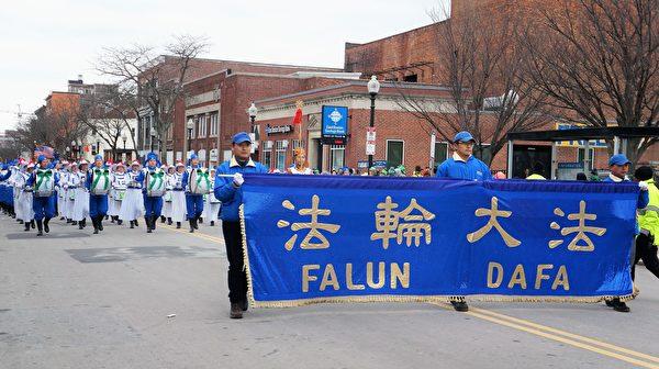 2017年3月19日,在波士頓聖派翠克節(Saint Patrick's Day)大遊行上一展身手的天國樂團。(貝拉/大紀元)