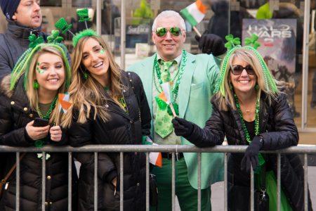 参加的民众人人穿戴一身绿色。