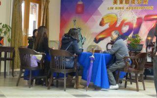 三名女子7日到美东联成公所求助,希望美领馆能介入援助,也担心绿卡者离美过久,保不住绿卡。 (蔡溶/大纪元)