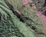 圣安德烈亚斯断层上一次已知强震是发生于1857年,但附近断层过去2000年发生3起地震,让洛杉矶巿区界限外土地下陷深达3英尺。(维基百科公有领域)
