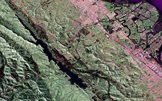 聖安德烈亞斯斷層上一次已知強震是發生於1857年,但附近斷層過去2000年發生3起地震,讓洛杉磯巿區界限外土地下陷深達3英尺。(維基百科公有領域)