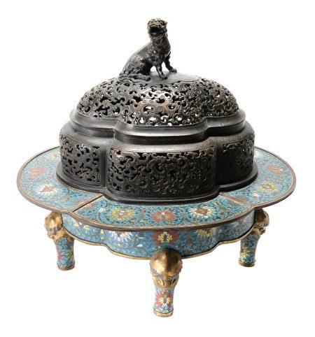 藏品8096,以景泰蓝和镀金青铜打造的端庄雄伟的火盆,卖出35,400美元。(旧金山拍卖行Michaan's Auction提供)