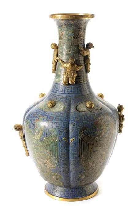 藏品8104,一个高高的饰有雕刻的中国景泰蓝珐琅花瓶,售出100,300美元。(湾区拍卖行Michaan's Auction提供)