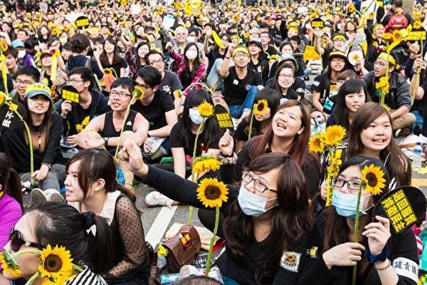 2014年3月18日晚上反對黑箱服貿的學生及民眾衝進立法院占領議場,開啟「太陽花學運」後,號召超過50萬人走上總統府凱達格蘭大道,拒絕中共黑手伸進台灣。(大紀元檔案照片)
