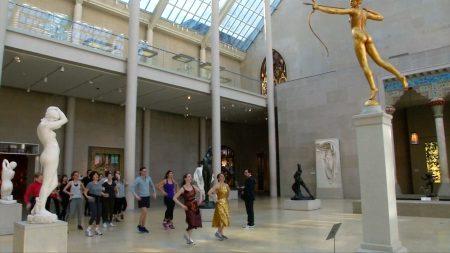 纽约大都会博物馆推出健身课程,让民众运动的同时,可以欣赏博物馆的艺术品。