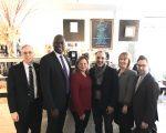 記者會在馬麗桃(左三)的辦公室舉行。畢肖普宣布資金將分發給紐約的6個區,將有11個社區組織得到資助。 (紐約市小商業局提供)