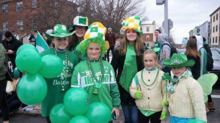 爱尔兰裔的Doherty家族的孩子们从麻州Lynnfield赶到波士顿观看圣派翠克节游行,年龄从6岁到16岁。(贝拉/大纪元)