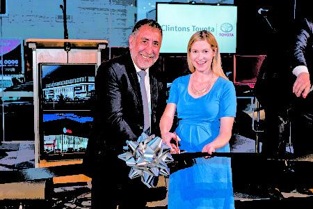 悉尼的Camden市市长Lara Symkowiak(右)与车行老板Mario Kordovolos一起为新车行开张剪彩。(Macarthur Lexus提供)