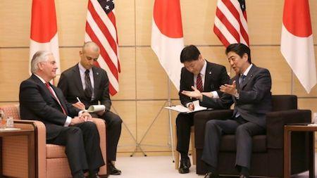 蒂勒森16日會見了安倍晉三及日本外相岸田文雄,討論朝鮮核威脅。蒂勒森承認,過去20年來的外交努力都未能阻止朝鮮的核計畫,需要找到新的解決方法,並強調美日韓三方合作對處理這一問題至關重要。(AFP)