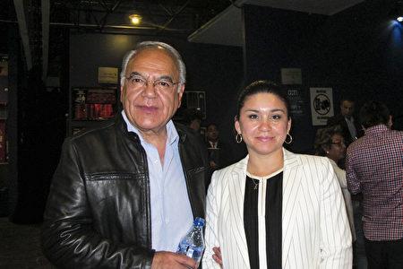 2017年3月24日晚上,墨西哥政府官员Héctor Martínez Castuera 先生和妻子Ana Alday Chavez女士观赏了神韵巡回艺术团在墨西哥城文化中心剧院 1(Centro Cultural Teatro 1)的首场演出。(麦蕾/大纪元)