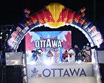 """世界知名极限冰上赛事""""红牛冰上极限竞速锦标赛""""将于三月三日至四日在渥太华运河举办。图为参赛选手在比赛中。(任侨生/大纪元)"""